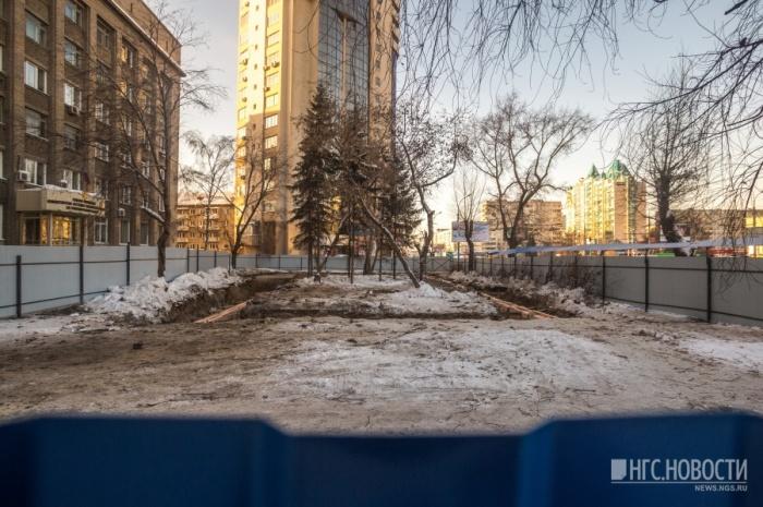 На Челюскинцев начали строить одноэтажное здание с парковкой