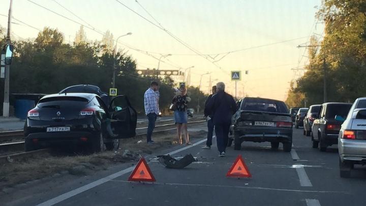 В Красноармейском районе трамваи и машины стали в пробке после аварии: видео