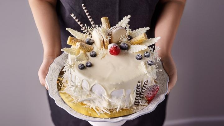Время сладких подарков: кондитеры приготовилиновогодние десерты с необычным декором