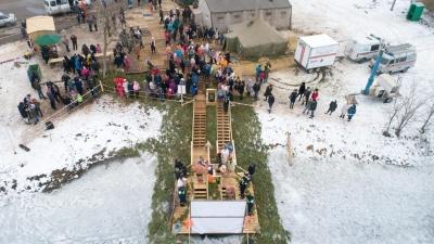 «Сразу чувствуется — божья благодать»: тысячи волгоградцев окунулись в иордань на Ангарском пруду