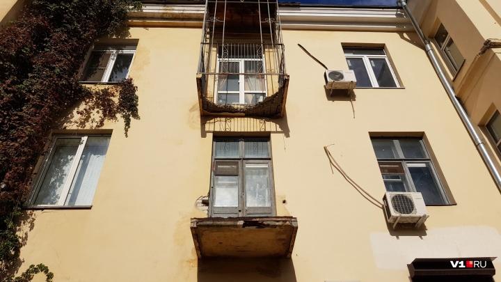 «Нужно ремонтировать еще позавчера»: в центре Волгограда рушится первый спасенный после войны дом