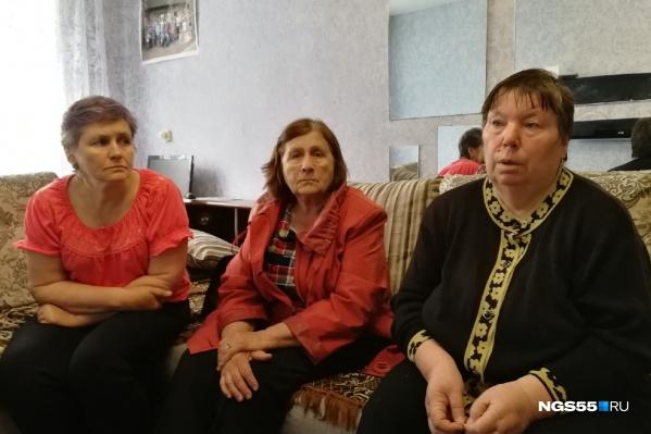 Родственники пропавших, слева направо: сестра мужа, его мать и мать жены
