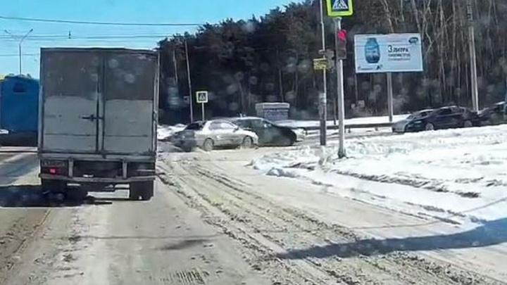 Водитель, пролетевший перекрёсток на красный, устроил серьёзное ДТП на Объездной