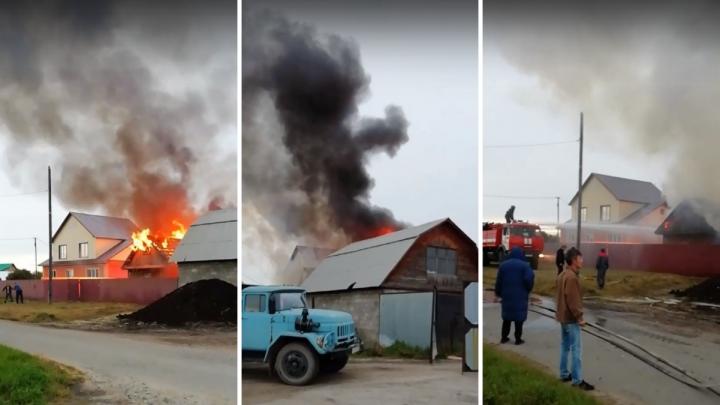 «Пытались потушить дом ведрами с водой»: на окраине Тюмени в Казарово произошёл крупный пожар