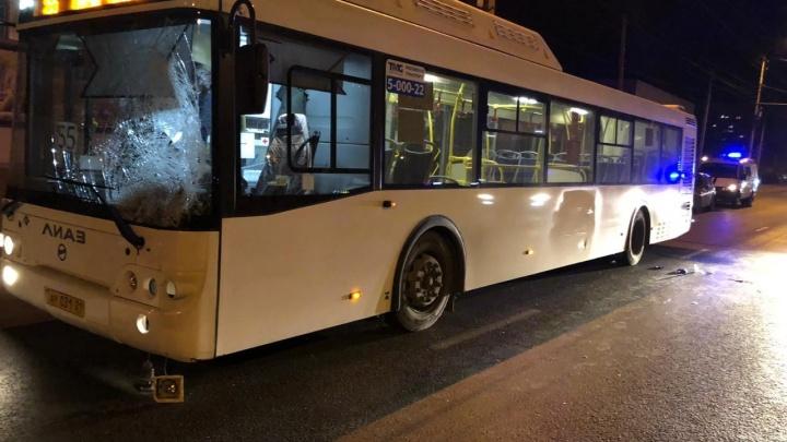 «Привезли с черепно-мозговой травмой»: на юге Волгограда автобус сбил неизвестного пешехода