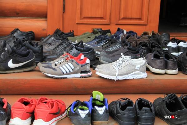 Сегодня крыльцо мечети на Новгородском проспекте было заставлено обувью