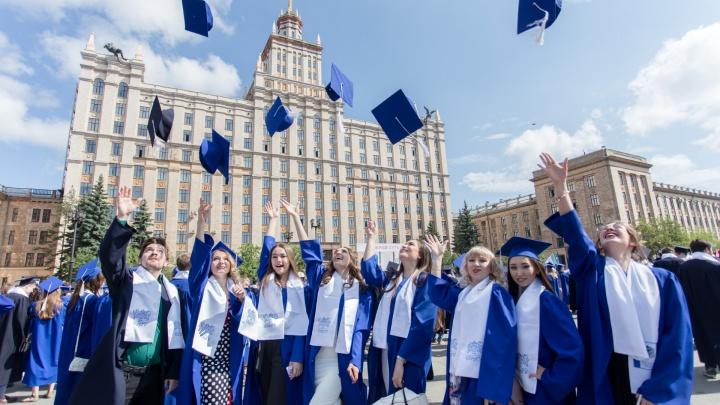 В синих мантиях и золотых галстуках: выпускникам челябинских вузов вручили дипломы