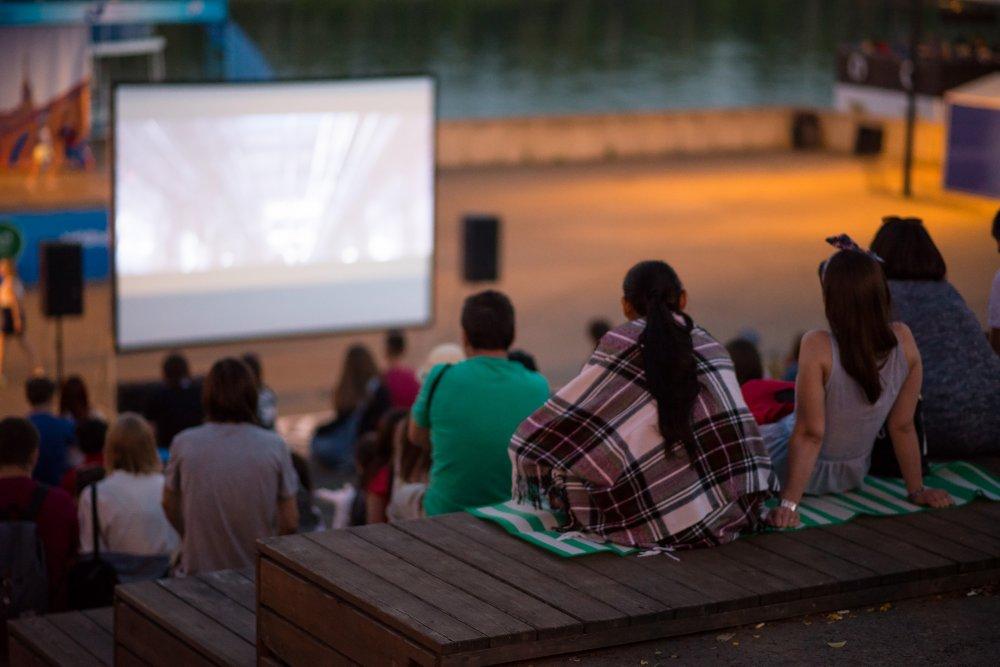 Идём на «Ночь кино», смотрим крутые тачки, изучаем уличное искусство и ещё 18 идей для выходных