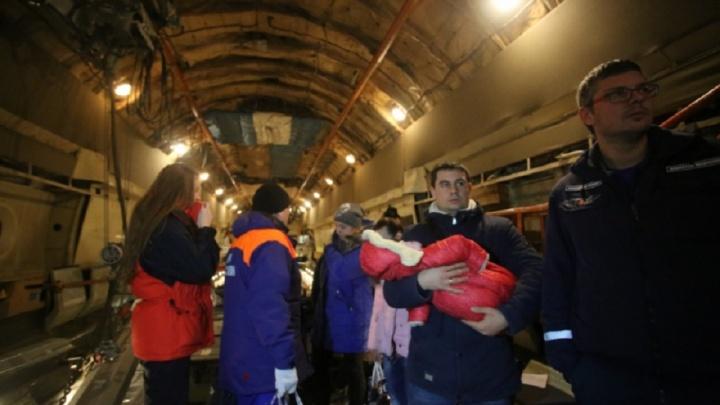 Девятерых детей спецбортом МЧС доставили из Ростова в Петербург и Москву