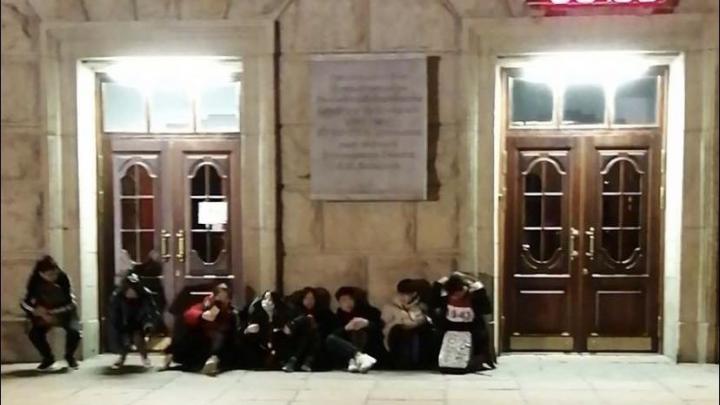 «Нам негде жить»: иностранные студенты ночевали около дверей УрФУ, чтобы получить койку в общежитии