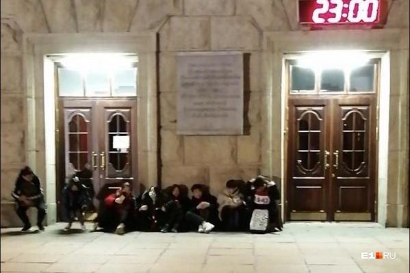 Этой ночью студенты ночевали под дверьми университета, чтобы занять очередь в отдел по распределению жилых помещений