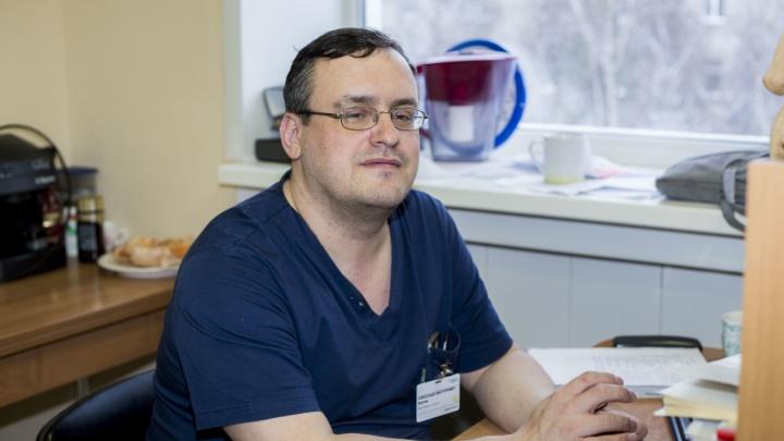 «У некоторых маньяков их уже по 10–12». Как живёт врач-киборг из Новосибирска (у него под кожей 5 чипов)