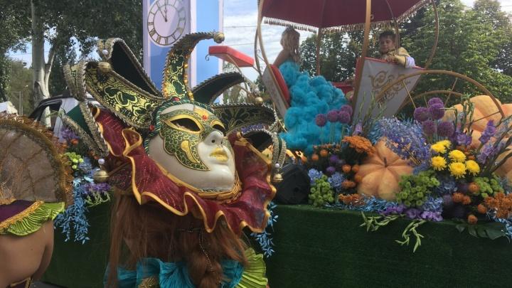 Красотки в перьях и ретроавтомобили: смотрим, как проходил фестиваль цветов в Самаре