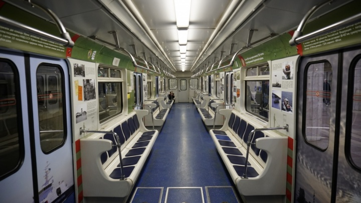 Вагон новосибирского метро украсили редкими фото пограничников
