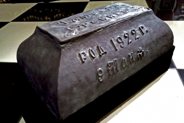 Раньше надгробие служило корытом в хозяйстве жителя села Шошка. Дата на надгробии — дата рождения ребёнка