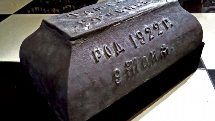 В Музее смерти появилось вековое чугунное надгробие с детской могилы