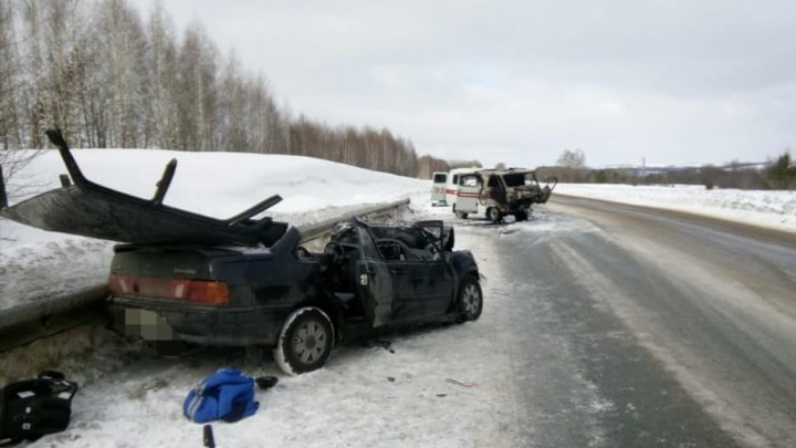 В Башкирии загорелась скорая помощь: спецавтомобиль столкнулся на трассе с легковушкой