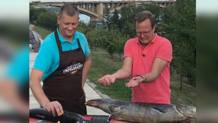 Телеведущий из Британии жарил огромного тайменя на набережной Красноярска ради съёмок шоу на НТВ