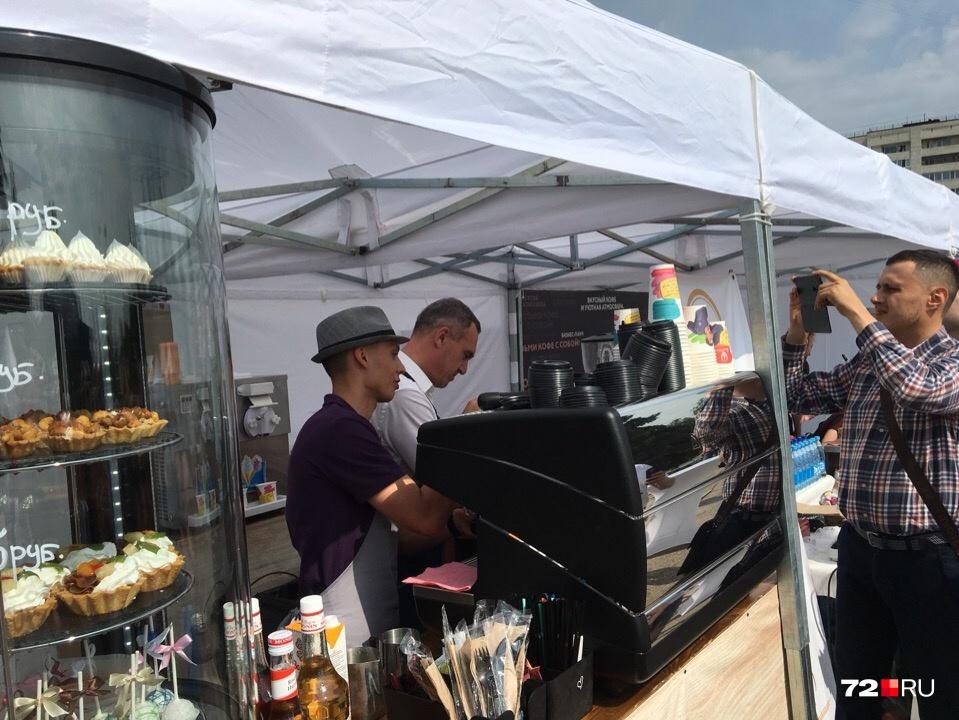 Хотите чашечку кофе от мэра Руслана Кухарука? Тогда идите к городской администрации, где проходит фестиваль «Кофе улиц»
