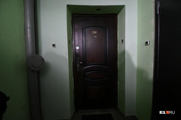 Дверь квартиры, в которой произошло убийство