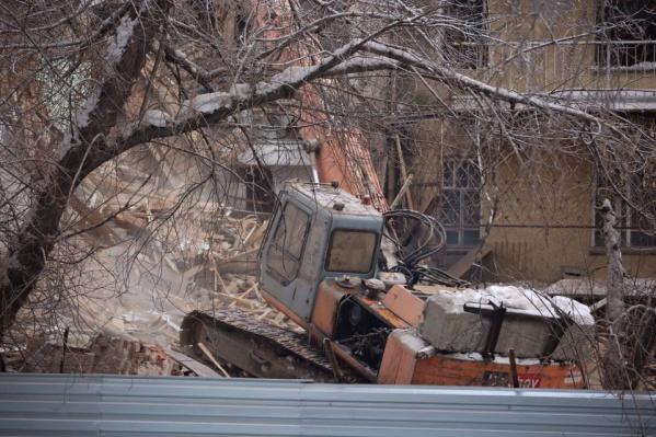 Рабочие прямо сейчас сносят старинный дом-коммуну в центре Новосибирска