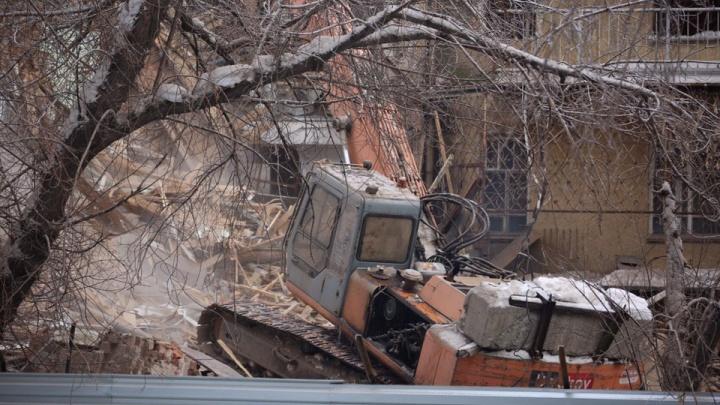 Строители продолжили работы по сносу старейшего дома-коммуны в центре Новосибирска