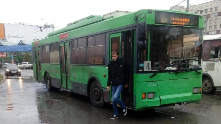 Водитель въехал в троллейбус на площади Маркса и скрылся с места ДТП