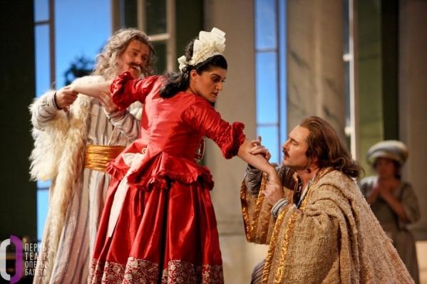 Шесть героев моцартовской оперы Cosi fan tutte («Так поступают все женщины») запутались в противоречивых связях и переодеваниях. Как выйдут из сложных ситуаций герои, зрители узнают 15 и 16 января в Пермском оперном