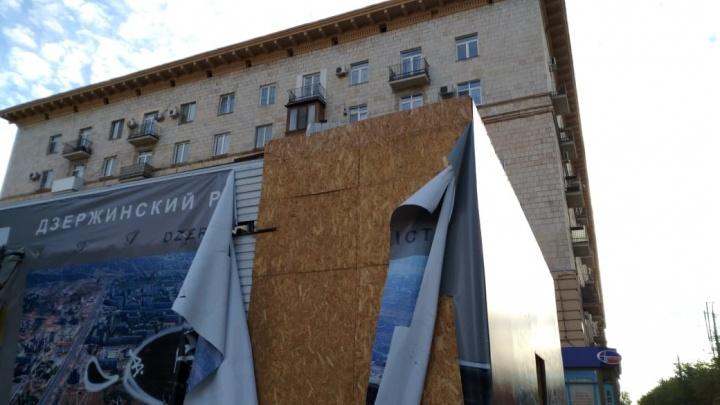 За натуральную красоту: ветер сорвал яркие фальшфасады со страшных ларьков в центре Волгограда