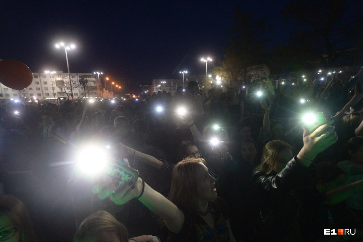 В конце студенты зажгли фонарики на своих смартфонах