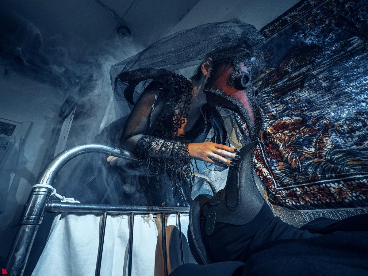 Модный фотограф из Екатеринбурга показал свадьбу чумных докторов и жизнь после апокалипсиса