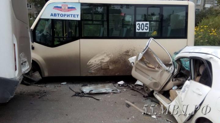 В Омске скончался пассажир машины, врезавшейся в пять маршруток