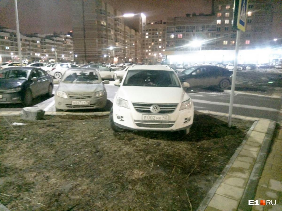 «Я паркуюсь как...»: закон, запрещающий гряземесам стоянку на газонах, оказался бесполезным