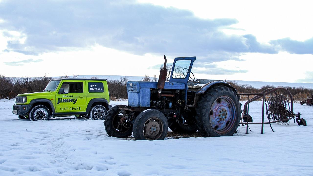 На пересечённой местности Jimny напоминает не то что бы трактор, скорее, квадроцикл. Компактен, пронырлив, упорен...
