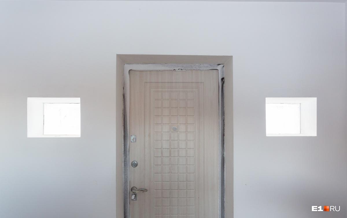 Входная дверь. В помещении между сферами будет прихожая