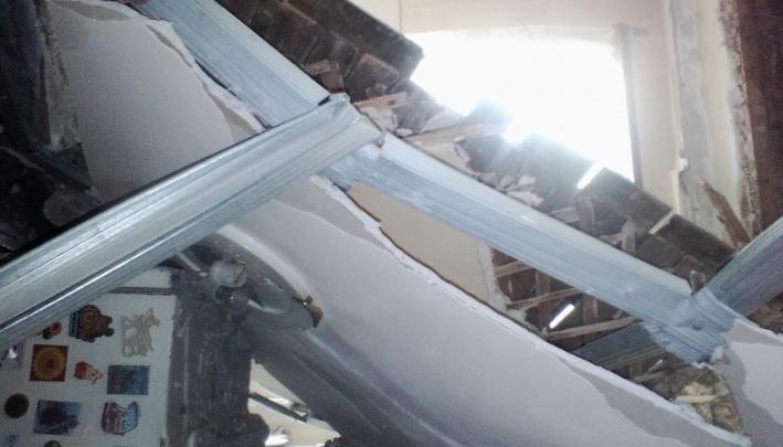 Хозяева квартиры, в которой после ремонта крыши обвалился потолок, отсудили у подрядчика 70 тысяч