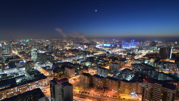 Фотограф снял сближение Луны и Венеры в небе над Екатеринбургом