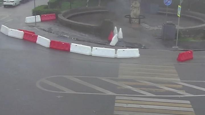 В центре Волгограда на тонущих дорогах ограждения устроили«карусель»