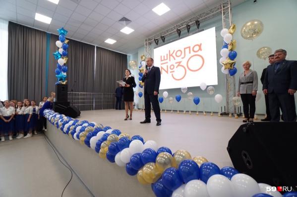 На открытии нового корпуса школы сегодня побывал мэр города
