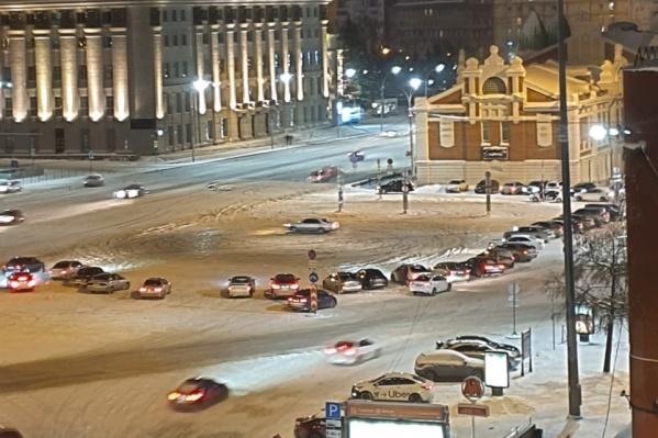 На площади Ленина часто собираются любители дрифта