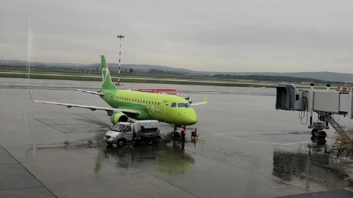 Екатеринбуржцы, летевшие на отдых, застряли в Новосибирске из-за задержки рейса