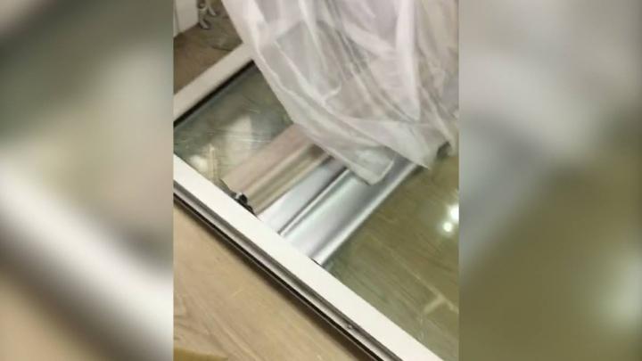 Два года продержалась: в новостройке на Уктусе от сквозняка выпала створка окна