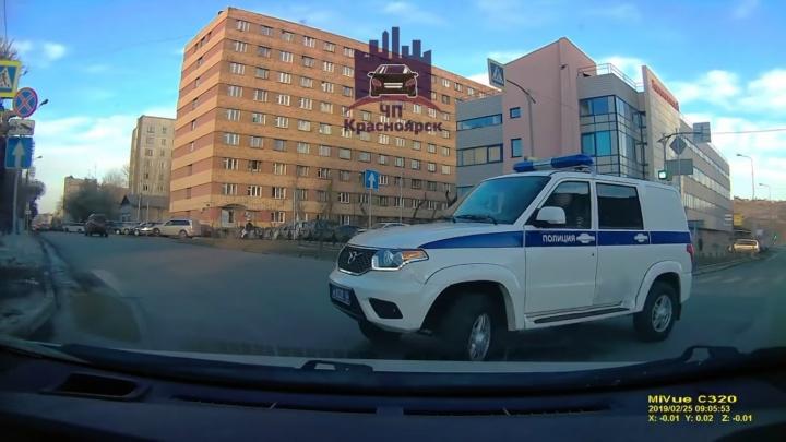 Автомобилистка преградила дорогу разворачивающемуся полицейскому УАЗу и вызвала споры о ПДД