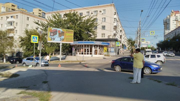 «Под колесами остался раздавленный пакет с фруктами»: в центре Волгограда сбили пешехода