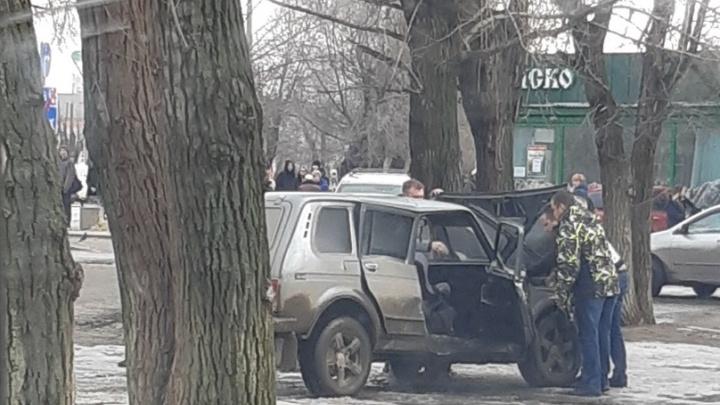 """«""""Нива"""" летела, от нее все отпрыгивали»: в Волгограде легковушка вылетела на тротуар после ДТП"""