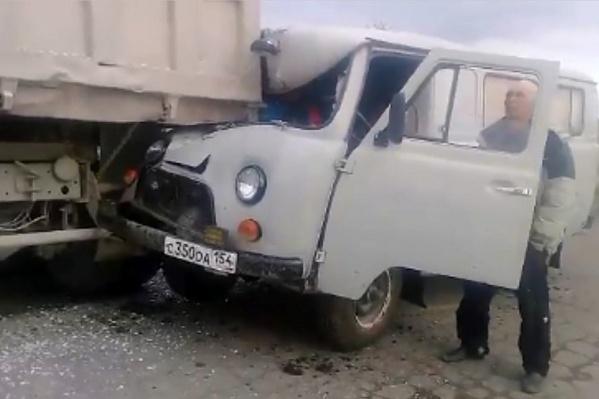 От удара кабину УАЗа смяло