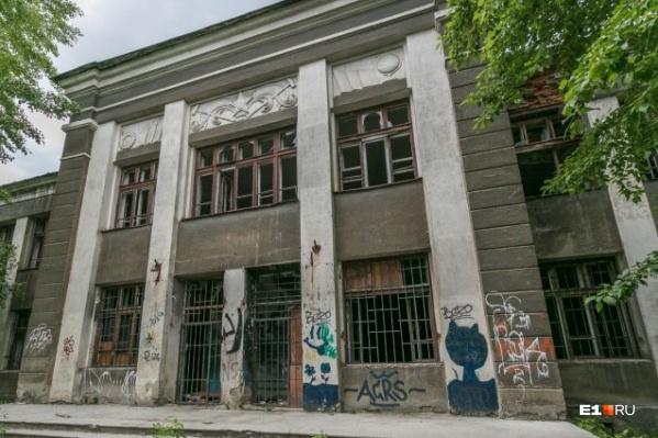 Здание стоит заброшенным уже несколько лет