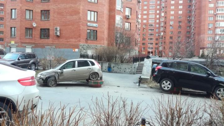 «Нёсся на скорости 80 км/ч»: ГИБДД ищет водителя, который в Парковом разбил 4 легковушки и сбежал