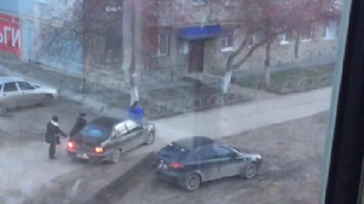 Водитель в Башкирии прокатил на капоте женщину