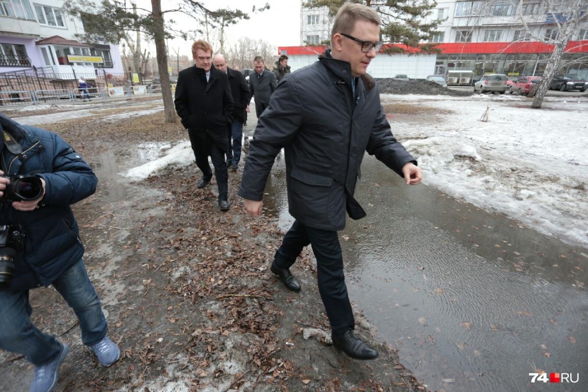 Алексею Текслеру сегодня пришлось преодолеть не одну лужу в челябинских дворах